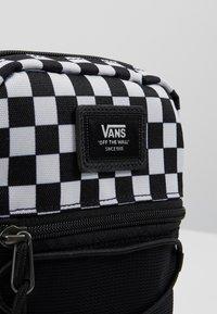 Vans - MN BAIL SHOULDER BAG - Axelremsväska - black/white - 7