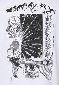 Edwin - SUTURE UNISEX - Print T-shirt - white - 6