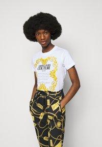 Versace Jeans Couture - LADY  - Triko spotiskem - optical white - 4