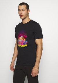 The North Face - MENS GRAPHIC TEE - T-shirt z nadrukiem - black/lemon - 0