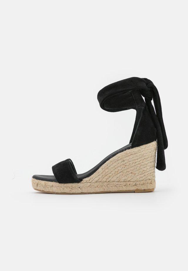 SELENE WEDGE - Sandalen met plateauzool - black