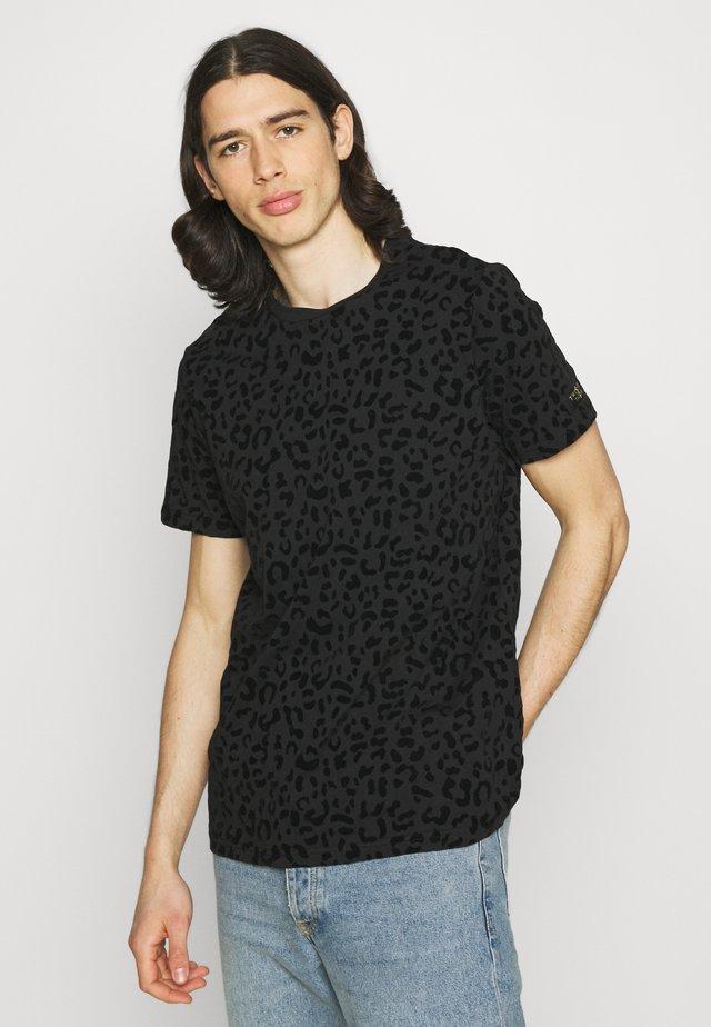 REGINA - T-shirt imprimé - black