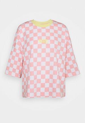 PUNKED TEE - Camiseta estampada - pink/white