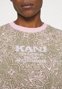 Karl Kani - UNISEX RETRO PAISLEY TEE - Print T-shirt - rose - 5