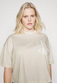 Calvin Klein Jeans Plus - OVERSIZED TEE - Camiseta estampada - soft cream - 5