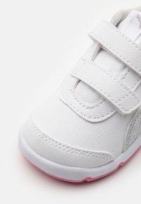 Puma - STEPFLEEX 2 UNISEX - Sportschoenen - white/silver/sachet pink - 5