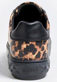Guess - FAIREST NIETEN - Sneakers basse - animalier - 3
