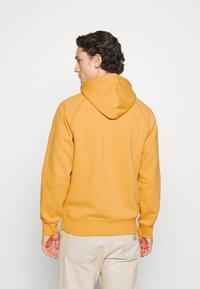 Carhartt WIP - HOODED CHASE  - Hoodie - winter sun/gold - 2