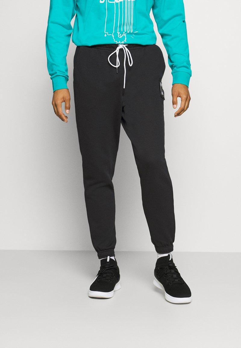 Puma - PIVOT - Pantalon de survêtement - black