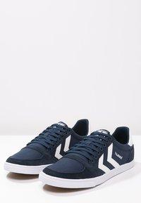 Hummel - SLIMMER STADIL - Sneakers laag - dress blue/white - 2