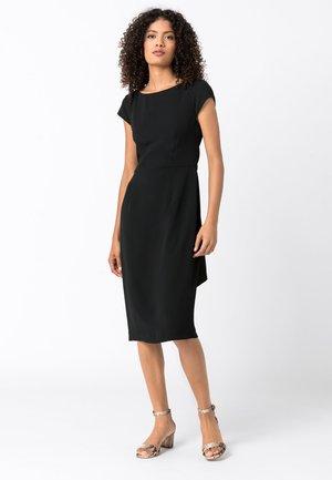 MIT SCHLEIFENGÜRTEL - Shift dress - schwarz