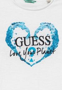 Guess - JUNIOR ORGANIC SLUB - T-shirt print - true white - 3
