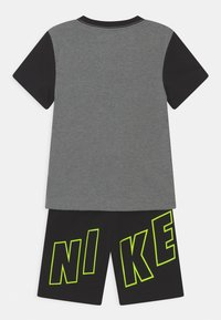 Nike Sportswear - COLOR BLOCKED SET  - Camiseta estampada - black - 1