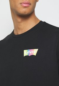 Levi's® - HOUSEMARK GRAPHIC TEE - Print T-shirt - black - 4