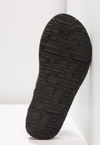 Skechers - MEDITATION - ROCK CROWN - Sandály s odděleným palcem - black - 6