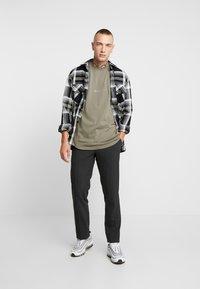 Mennace - ESSENTIAL SIG UNISEX - Basic T-shirt - khaki - 1