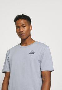 adidas Originals - ABSTRACT TEE UNISEX - Print T-shirt - halo silver - 4