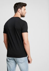 Pier One - TEE SKULL INSECTS - Print T-shirt - black - 2