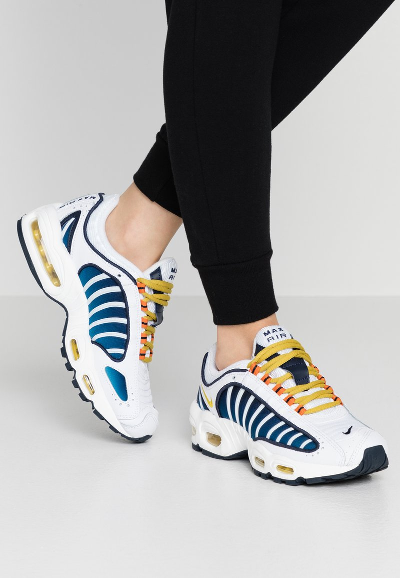 Nike Sportswear - AIR MAX TAILWIND - Zapatillas - white/saffron quartz/magma orange/obsidian/cerulean