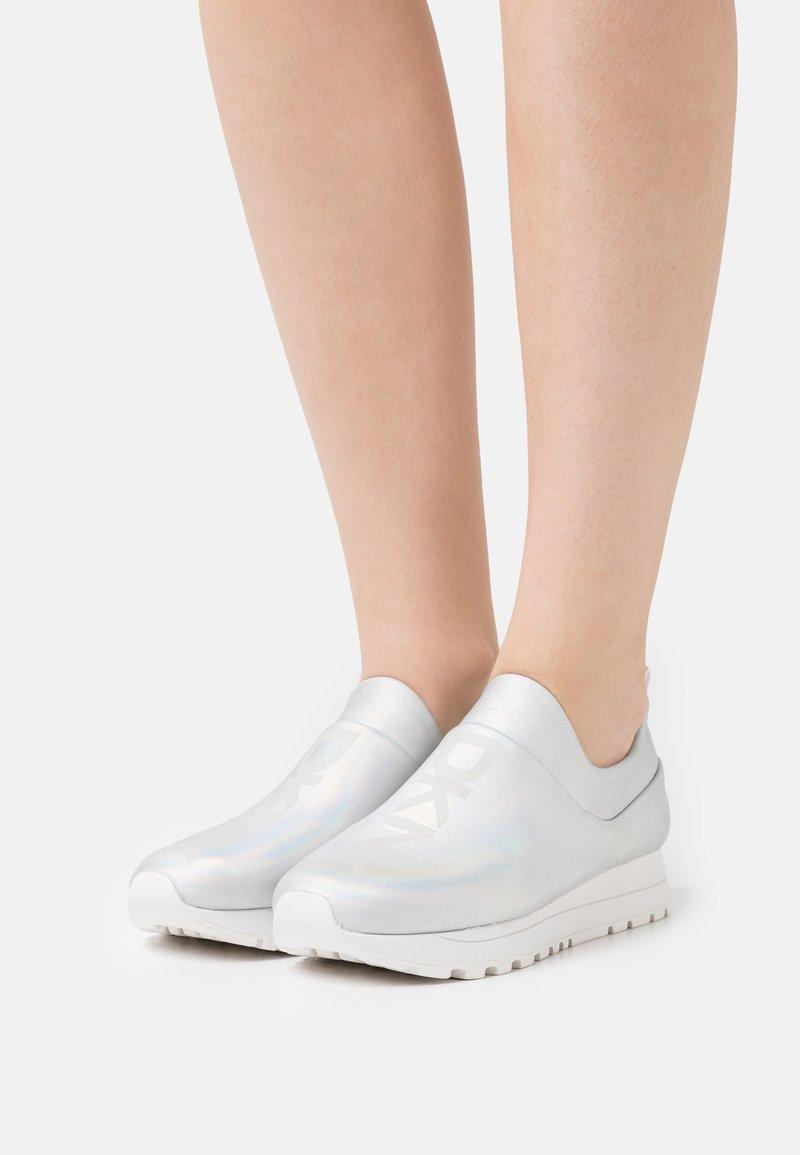 DKNY - JADYN SLIP ON - Trainers - multi/white