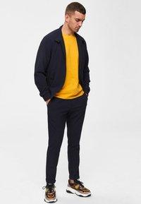 Selected Homme - SHDTHEPERFECT - T-paita - mottled dark yellow - 1