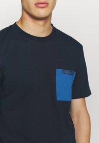 Calvin Klein - CONTRAST POCKET  - T-shirt z nadrukiem - blue - 5