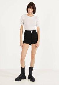 Bershka - UND UMGESCHLAGENEM SAUM  - Shorts di jeans - black - 1