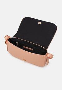 Who What Wear - HARPER - Handbag - coral pink grainy - 2