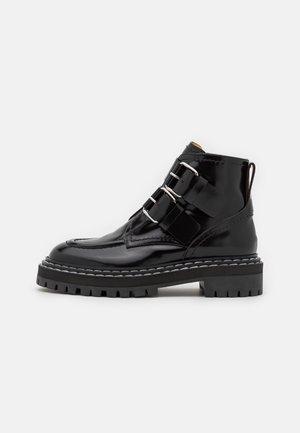 LUG SOLE BUCKLE BOOTS - Botines con plataforma - black