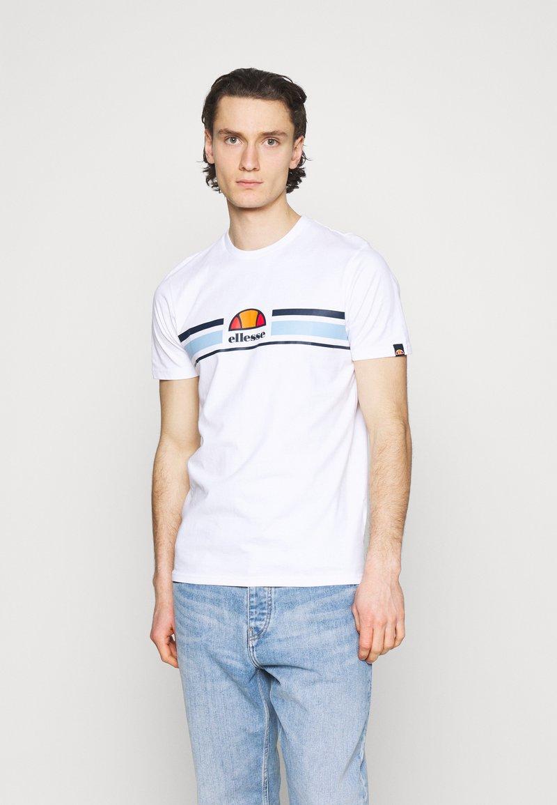 Ellesse - MONTELL - T-shirt z nadrukiem - white