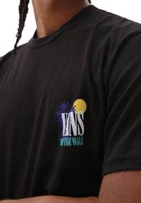 Vans - MN DESERTED SS - T-shirt print - black - 2