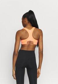 Nike Performance - AIR BRA - Sujetadores deportivos con sujeción media - bright mango/silver - 2