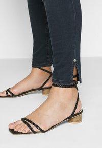 Calvin Klein Jeans Plus - HIGH RISE ANKLE - Jeans Skinny Fit - dark-blue denim - 4