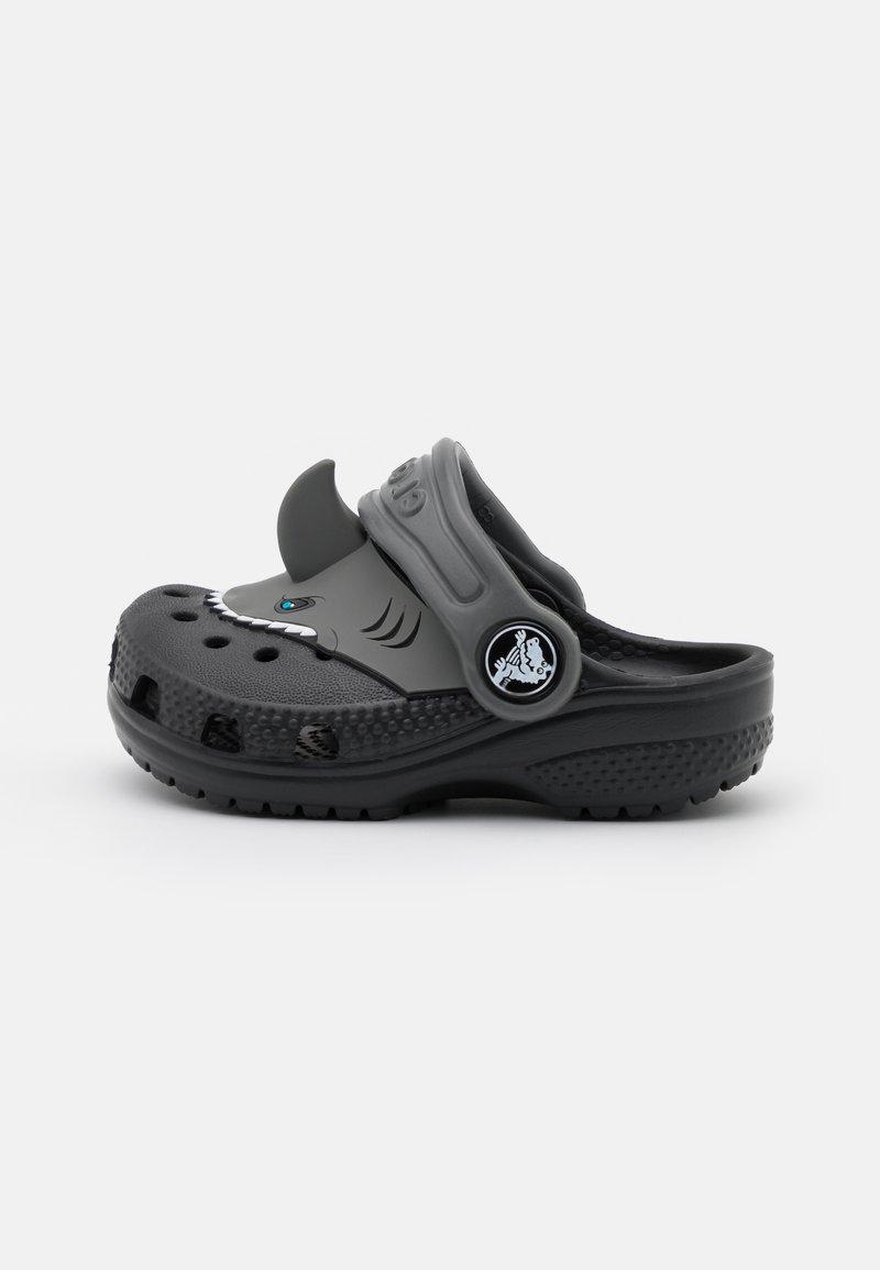 Crocs - CLASSIC I AM SHARK - Klapki - black