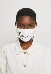 Karl Kani - SIGNATURE FACE MASK - Community mask - white - 0