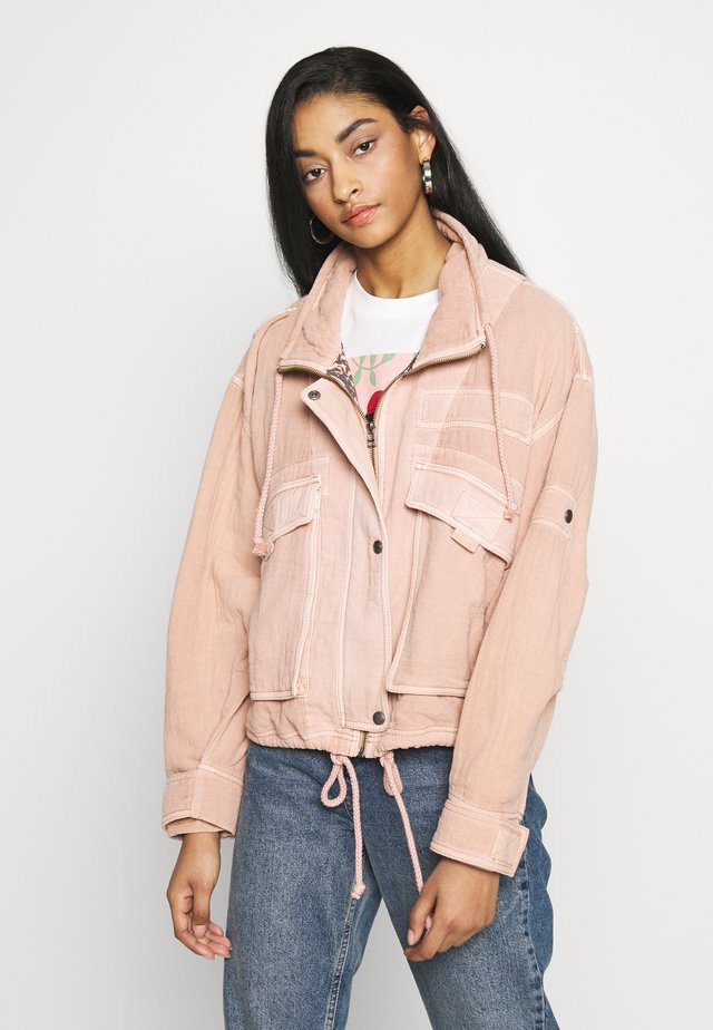 EYES ON YOU SURPLUS - Summer jacket - apricot