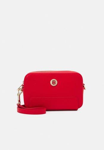 HONEY CAMERA BAG - Across body bag - red