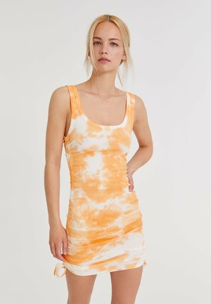 WITH GATHERED DETAIL - Stickad klänning - orange