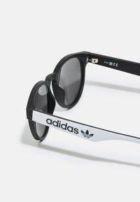 adidas Originals - UNISEX - Sunglasses - matte black/smoke mirror - 2