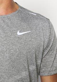 Nike Performance - RISE - T-shirts print - smoke grey/heather/reflective silver - 6