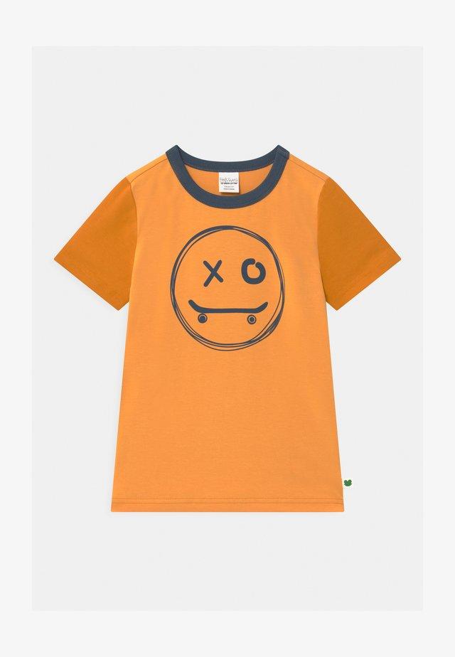 SKATE SMILE UNISEX - Print T-shirt - mango