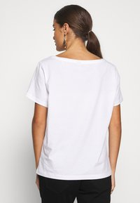 Pieces Petite - PCASALI TEE - T-shirts print - bright white - 2