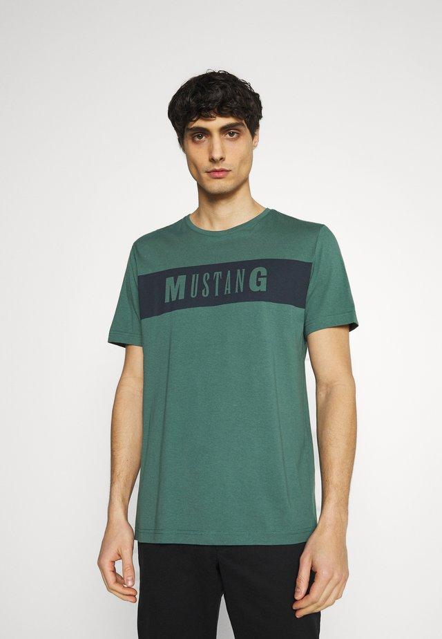 ALEX - T-shirt imprimé - mallard green