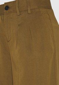 Banana Republic - WIDE LEG PLEATED PANT - Pantaloni - cindered olive - 4