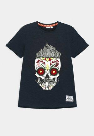NKMTOBBEN - Print T-shirt - dark sapphire