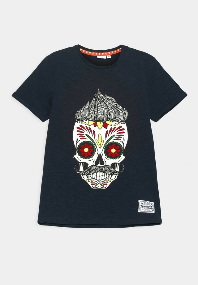 NKMTOBBEN - Camiseta estampada - dark sapphire