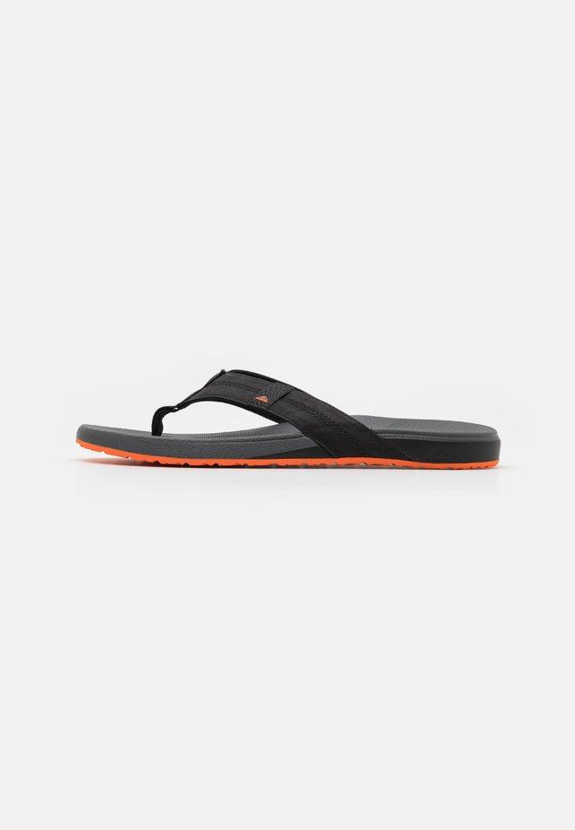 CUSHION PHANTOM - Tongs - black/orange
