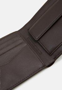 Calvin Klein Jeans - BIFOLD COIN CARDCASE SET - Pouzdro na vizitky - brown - 5