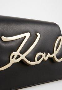 KARL LAGERFELD - SIGNATURE SHOULDERBAG - Across body bag - black/gold - 4