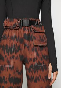 Missguided - PRINTED PARACHUTE TROUSERS - Trousers - brown - 5